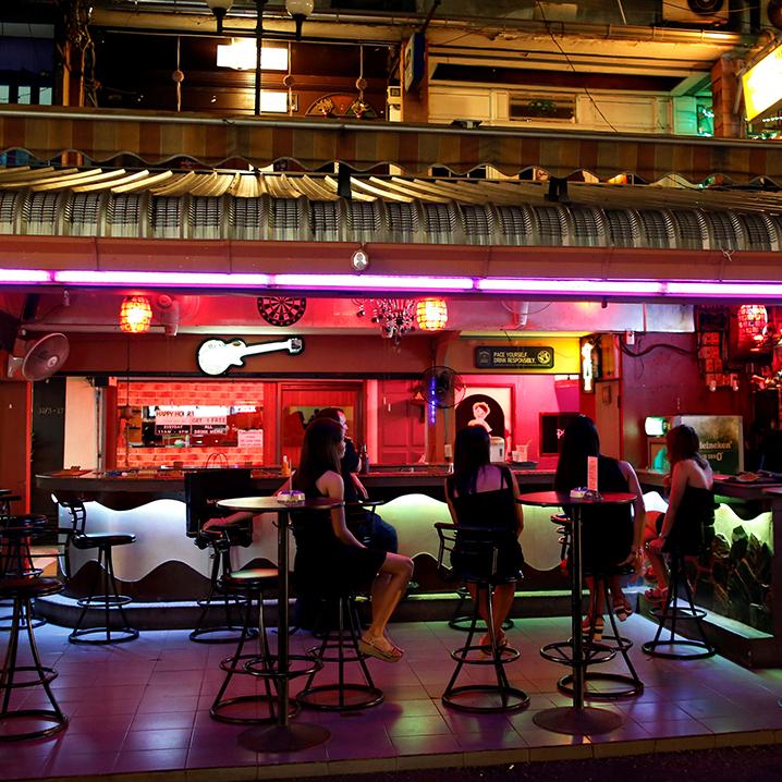 曼谷红灯区Wood Bar BJ吧