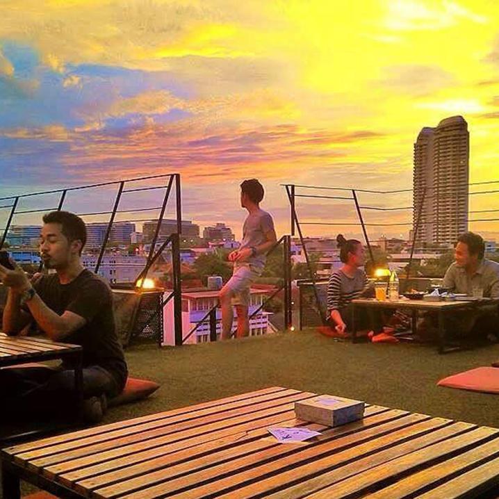曼谷考山路旁最容易错过的餐厅ROOFTOP,美食加佳酿加街顶