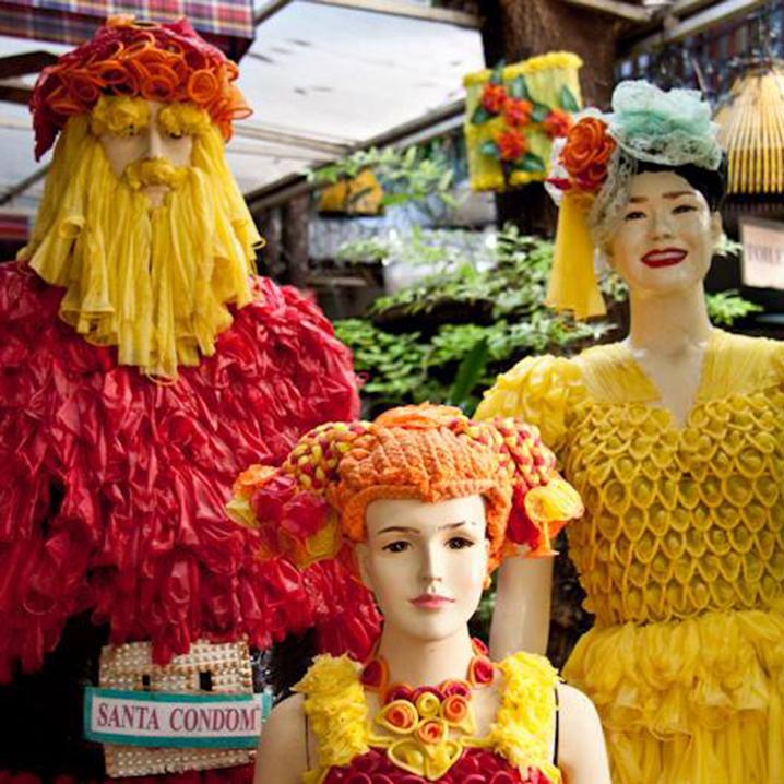曼谷Cabbages & Condoms Restaurant餐厅,店内挂满了避用套