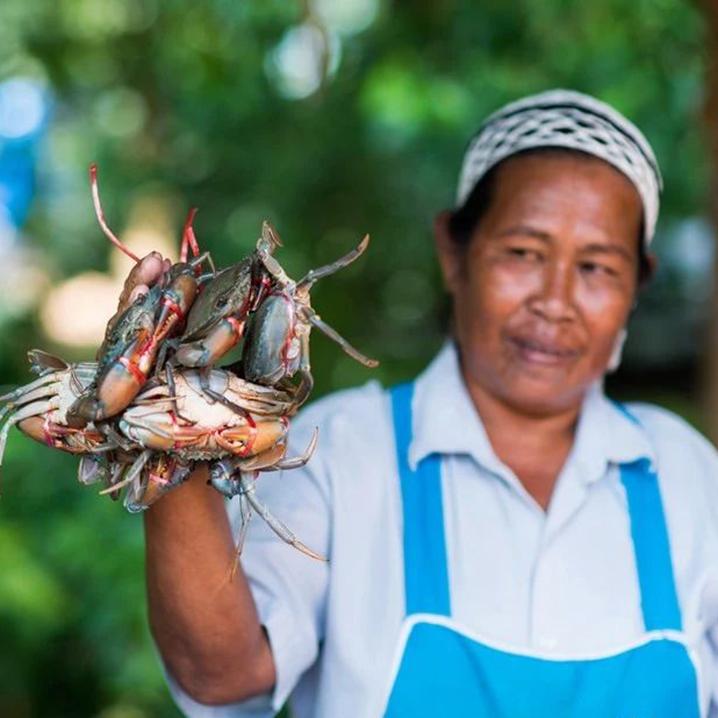在兰塔岛海鲜市场买海鲜自己加工,做一回当地人