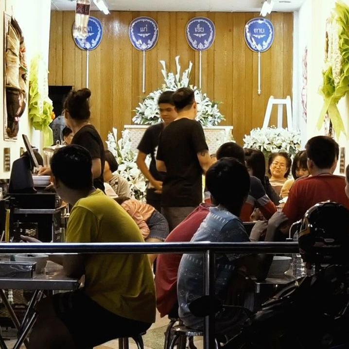 泰国灵堂粥店你敢来喝么,坐在棺材旁的那种