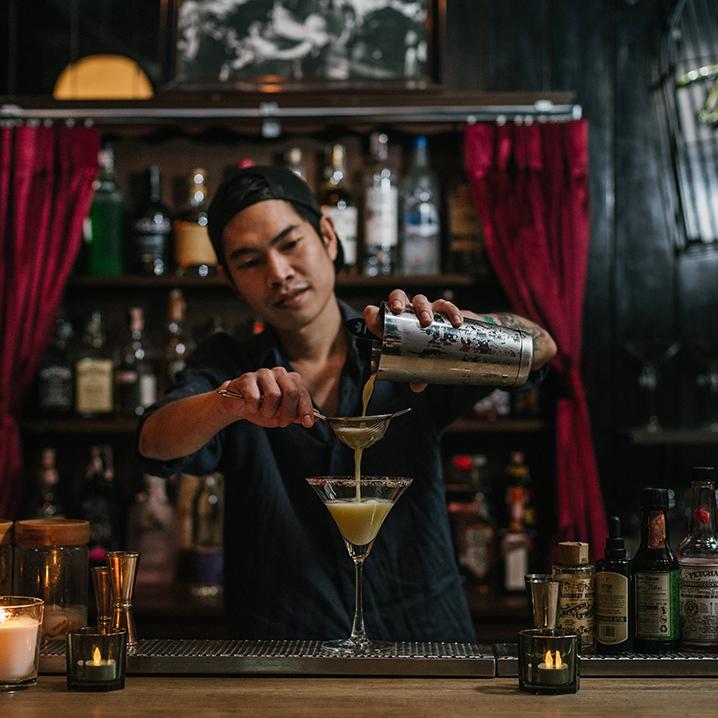 曼谷To More Bar酒吧,带你走进喧嚣迷离的夜生活