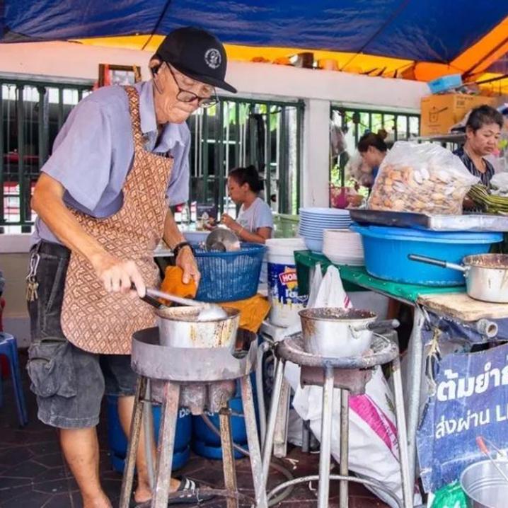 曼谷小巷美食| 环境真差,味道真好